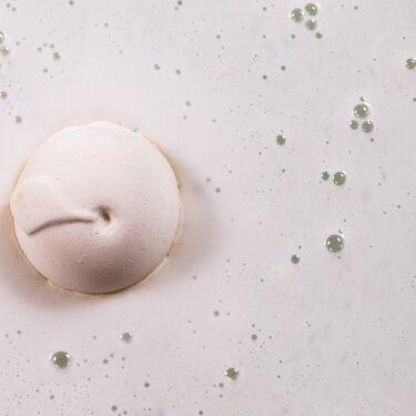 【お風呂ではじめるベッドタイムルーティン】  毎月26日は風呂の日。今日は、眠りにつくまえにおすすめの香りから、バスボムをいくつかピックアップしてご紹介します。  ◾️ラベンダー  『トワイライト ムーン』 ラベンダーとトンカが織りなす安らぐ香り > https://jn.lush.com/products/bath-bombs/twilight  『黄金の眠り バスボム』 ラベンダー、ネロリ、カモミールのフローラルな香り > https://jn.lush.com/products/bath-bombs/deep-sleep-bath-bomb-0   ◾️ベルガモット  『白雪姫と林檎』ーベルガモットとローズの上品で凛とする香り > https://jn.lush.com/products/bath-bombs/so-white-bath-bomb  『ブラックベリー ボム』ーベルガモットに甘くウッディなオリバナムを合わせたフルーティーな香り > https://jn.lush.com/products/bath-bombs/blackberry-bath-bomb   ◾️サンダルウッド  『ダーティ ボム』ースペアミントとタイムにサンダルウッドを効かせたハーバルな香り > https://jn.lush.com/products/bath-bombs/dirty-bath-bomb-0  『スーパーダッド』ー甘くウッディなオリバナムとサンダルウッドの穏やかな香り > https://jn.lush.com/products/seasonal-items/superdad   すべてのバスアイテムはここから:https://jn.lush.com/products/bath-bombs   ゆっくりお湯に浸かって、くつろぎの時間を楽しんでくださいね。  📷:Photos from Lush Community  #ラッシュ #LUSH #バスボム #入浴料 #ボディケア #スキンケア #乾燥 #保湿 #デトックス #ナチュラルコスメ #おうち時間 #おうち美容 #私のおうち美容