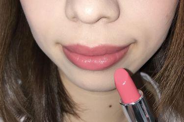 エッセンスインルージュのヴァニティピンクは青みピンク系のカラーです♡ ラメも入っているので唇がつやつやキラキラになります! 青みピンクの中でも使いやすい色みになっているので、イエベさんブルべさんどちらにもおすすめです♡