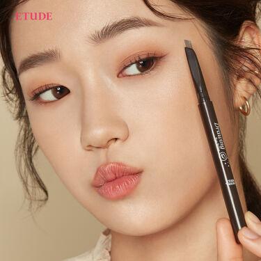 お顔の印象を大きく左右させる眉毛👀 一本一本、書き足すように丁寧に描き、眉マスカラで上手に整えるだけでもぐっと垢抜けた印象に💕 エチュードのおすすめアイブロウアイテム2つを使って、ナチュラルできれいな美眉を叶えよう🥰  🌟#ドローイングアイブロウペンシル 一本一本美しい自然な眉毛に仕上げるなめらかな描き心地✨ 7色のカラバリから自分にあったカラーを見つけられるアイブロウペンシル  🌟#カラーマイブロウマスカラ 汗・水・皮脂による崩れを防ぎ、朝の美しい眉を長時間キープ✨ ダマにならないカラーリングで、素早く美眉を作れる眉マスカラ  『ドローイングアイブロウペンシル』全7色 各290円(税抜) 『カラーマイブロウ マスカラ』全5色 各650円(税抜)  1,000円(税抜)以上、送料無料キャンペーン中 https://bit.ly/3kJpDTp