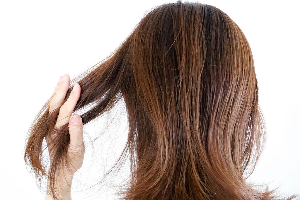 髪の毛の湿気対策 雨の日のうねり・広がりを改善するスタイリングのコツやおすすめアイテムを紹介のサムネイル