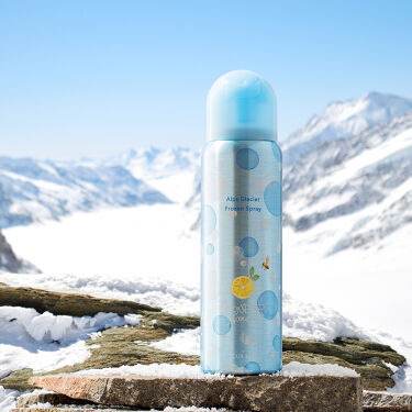 ❄まるで氷河みたいな氷のスプレー❄  6月1日発売の新商品をご紹介💡 ひんやりした氷が肌に気持ち良い、暑さ対策のローションスプレー。 ハンカチやタオル、コットンなどにスプレーして、肌に当てれば瞬間クールに✨ 表面に張った氷の膜が、暑い夏をシャキッと目ざめさせてくれます☀ 天然の潤い成分「アルプスの氷河水カプセル*」配合で、長時間潤って夏の水分不足に負けないお肌に。  自宅でシャッキとさせたい時、 外での暑さ対策や熱中症対策などに❕❕ ひんやり冷たい氷スプレーで今年の夏をもっと楽しく快適に♪♪  ぜひ、お試しくださいませ❄  ▼商品詳細はこちらから▼ https://www.vecua-honey.com/product/ve-51698/  >>オンラインSHOPでは先行発売中🛒✨ ※6/7(日)までは送料無料キャンペーンも実施中です!   ▼「VECUA Honey」公式Instagram▼ https://www.instagram.com/vecuahoney.official/   ------------------------- *レシチン、エタノール、水(保湿成分)   #vecuahoney#ベキュアハニー#vecuahoney#蜂蜜#はちみつ#はちみつ#はちみつコスメ#蜜蜂#夏コスメ#ひんやりコスメ#夏限定#数量限定#アルプスの氷河スプレー