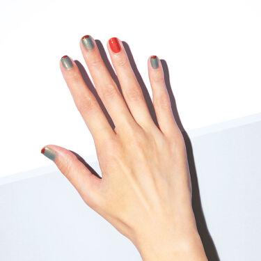 <2色の個性を掛け合わせて>  オレンジソレイユ×サマーグリーンで仕上げる、おすすめのサマーネイル。 先端のネイルが剥がれてきたら、アクセントカラーを塗り足して、デザインにも変化を。  2枚目と3枚目の画像で、セルフネイルをご紹介。 是非、ご自宅でもサマーネイルをお楽しみください。  ・使用色 THREE ネイルポリッシュ X31, X36