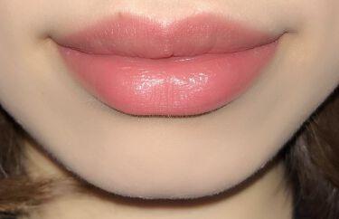 エッセンスインルージュは結構色持ちがいいのです!♡ 美容成分もたっぷり配合されているので、保湿性もばっちり!! 唇になじんでからティッシュオフするとさらに色持ちよくなりますよ~