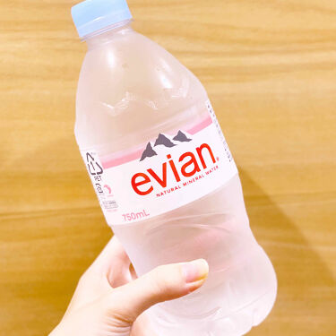 【画像付きクチコミ】エビアンナチュラルミネラルウォーターエビアン最近水を飲めるようになりました。以前は味がないとダメだったのでお茶からスタートしたのですがエビアンであれば体が受け付けるようになったと言うか、ゴクゴク飲めるようになったんです✨美容のためにも...