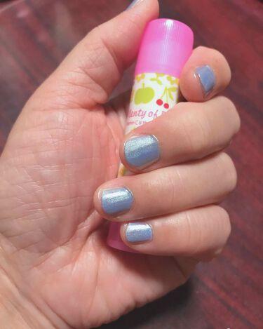 【画像付きクチコミ】先程の薄いBLUEの上から、キャンドゥのユニカラーネイルを塗ってみました🤡👆🐠🐠🐠筆は太くて塗りやすいし、夏向けのキラット🌟したネイルに変身(。☌ᴗ☌。)しましたー😊🐠🐠🐠