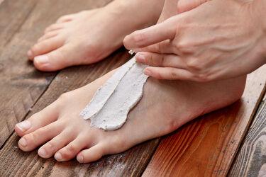 【足のスキンケアにフットマスクの選択肢】  フェイス特有の毛穴悩みや皮脂悩みのためにできたのがフェイスマスク。足には足の違った悩みがあるからこそ、原材料のはたらきに注目してできたのがフットマスク『火山マスク』。  におい、肌のゴワつき、むくみや疲労感......。お風呂の時間を使って、そんな足の悩みをケアしてみませんか? 野菜の酵素がニオイの元となる汚れを落とし、軽石が硬い角質を除去、心地いいメントールの清涼感に包まれて柔らかすっきり足に。入浴とマッサージによって血行もよくなり効果を感じられます🛁  > https://jn.lush.com/products/feet   足用のアイテムがセットになった特別なキットは、毎日足を酷使して頑張る人への贈り物にも! > https://jn.lush.com/products/feet/foot-care-kit-nioi-mukumi-0  #ラッシュ #フットケア #むくみ #におい #クレイマスク #ボディケア #角質 #スクラブ
