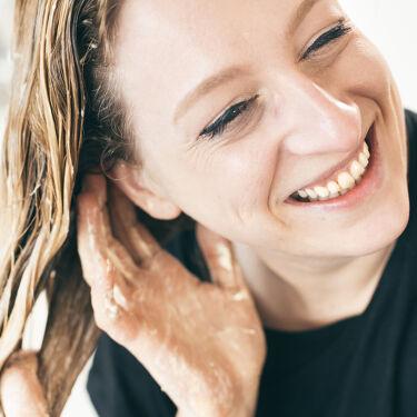 【雨の日はホットオイルトリートメントで髪の集中ケア】  天気が悪くなると、急に気になり始める髪の広がり。今回は涼しい日にはぴったりのホットオイルトリートメントを紹介します。  ホットチョコレートのように、お湯で溶かして使うヘアトリートメントです☕️ それぞれホホバオイルやオリーブオイルなど、植物からとれるオイルがたっぷり。  シャンプー前の乾いた髪に使うタイプなので、栄養たっぷりの原材料が髪の芯まで浸透します。  ほんのり温かく、よく働いた頭もほぐれていくような気分になりますよ。なりたい髪に合わせて5種から選べます。なかでも人気なのはこちら。  『ダメージ』(5/19 入荷予定)ードライヤーやヘアアイロンの熱、ブリーチ、カラーリングで髪などで傷んだ髪に。 >https://jn.lush.com/products/hair-treatments/damaged  『危機一髪!』ー季節のかわりに目にバランスが崩れがちな頭皮と髪に。 >https://jn.lush.com/products/hair-treatments/hair-doctor-0  すべてのヘアトリートメントはここから:https://jn.lush.com/products/treatments   湿気の季節ももうすぐそこ。雨が続く日は、ゆっくりお風呂に入りながら、ちょっと特別な髪のケアをしてみては?  📷:Lush Community  #ラッシュ #LUSH #ヘアケア #ヘアトリートメント #トリートメント #集中ケア #乾燥 #保湿 #ナチュラルコスメ #おうち時間 #おうち美容 #私のおうち美容