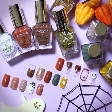 ハロウィンまであと少し🎃! 皆さんハロウィンの準備はいかがですか^^? 今回はハロウィンネイルのご紹介です! カラーが豊富なカラフルネイルズを使ってネイルしてみませんか♥ 【秋色のおばけフレンチ】ネイルチップ(上) クリーミーなブラウンやテラコッタカラーで単色塗りや囲みラインを^^ ジャックランタンやゴーストのフレンチに☆のスタッズがアクセントに☆ 使用色:N01,N14,N15  【黒猫モチーフで可愛らしく】ネイルチップ(中) こっくりカラーやゴールドのラメをアクセントにキュートな黒猫モチーフをプラス♡さりげなくハロウィン感のある指先に! 使用色:N01,N12,N13,N14,N15,N22  【大人なくすみカラーに蜘蛛の巣アートを合わせて】ネイルチップ(下) くすみカラーの単色塗りやマーブルで大人っぽく♡蜘蛛の巣アートをワンポイントにカッコいい爪先に! 使用色:N01,N10,N14,N21  ハロウィンは爪先までenjoy🎃!
