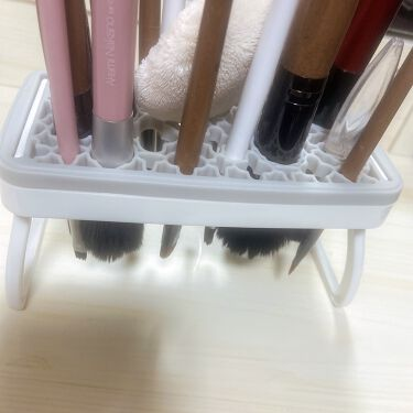 【画像付きクチコミ】メイクブラシ洗いました◎寒いのでお湯で!牛乳石鹸は泡切れがよいので気に入っています。毛足の長いブラシはダイソーで購入したユニコーンのメイクブラシクリーナーを使いました。セリアで購入したスタンドで乾燥中です(*ˊᵕˋ*)