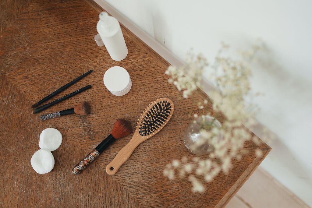 【ヘアブラシの洗い方】髪の毛やほこりの取り方、正しいお手入れ方法を素材別に解説のサムネイル