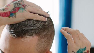 【話題のスカルプトリートメント】  いきいきした髪は頭皮の健康から! 髪のことを考えて作られたスカルプケアに特化したトリートメント『現実頭皮』で悩みのない頭皮に。  乾いた髪と頭皮に使うタイプなので、水分に希釈されることなく、凝縮された原材料の働きがそのまま髪と頭皮にいきわたります。  ミントの清涼感が特徴的なトリートメントは、豊かな潤いを与えるオリーブオイルとハチミツ、そして皮脂バランスを整えるネロリがブレンドされ、美しい髪と健やかな頭皮に導くサポート。 > https://jn.lush.com/products/hair-treatments/roots  使い方はここから: > https://jn.lush.com/article/howtouse-roots  #ラッシュ #LUSH #ヘアケア #トリートメント #ヘアパック #乾燥 #保湿 #ナチュラルコスメ #ベジタリアンコスメ #おうち時間 #おうち美容 #私のおうち美容