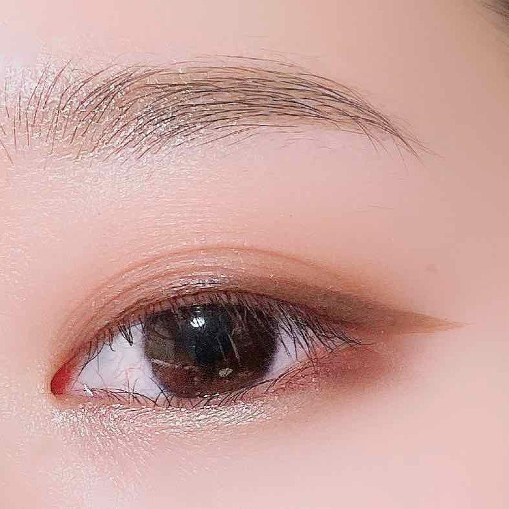 線條流暢的咖啡色眼線