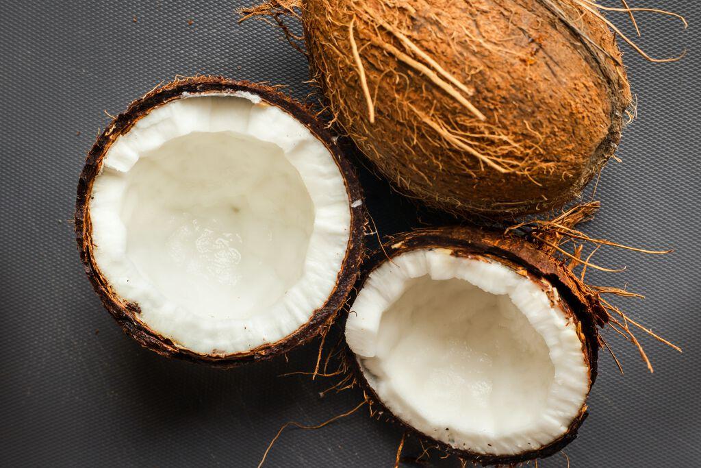 ココナッツオイルを毎日のヘアケアに!サラサラの髪の毛になれる使い方を徹底解説しますのサムネイル