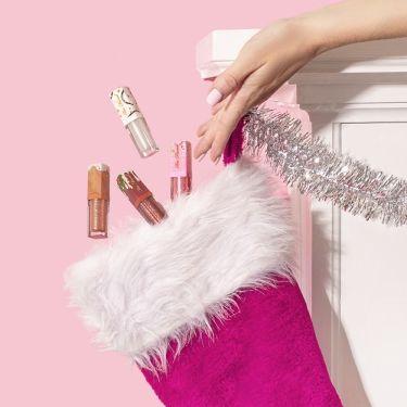 【クリスマス コレクション】一押しは香り付きの人気リップグロスの4本ミニセット☆  ホリデーシーズンの肌寒い季節に!唇をリッチにきらめくグロスで包んでイベントに出かけよう~ https://lipscosme.com/products/371738  トゥー フェイスドの人気NO.1リップグロス、リッチ&ダズリン ハイシャイン スパークリング リップグロスがカラフルでプレイフルな限定4色のミニセットで登場! プレゼントにも自分へのご褒美にもおすすめな4色はそれぞれ違う名前を想像した甘い香りが付いています。メイク中も気分まで盛り上げてくれるようなコスメです。  ・ペパーミント バーク (限定品) ・エッグノッグ (限定品) ・スパイス ケーキ (限定品) ・シュガー プラム (限定品)  ひと塗で動くたび光で反射するグリッターと植物オイル配合の心地よいフォーミュラがダイヤモンドのように輝いてリッチな気分に。  パーティー前やデートにぴったりなグロスのカワイイお試しサイズ、在庫がなくなる前にゲットしてね!  公式オンラインはこちら https://www.toofacedcosmetics.jp/product/25118/68995/better-not-pout-but-if-you-do-keep-it-glossy/rich-dazzling-christmas-treats-gloss-set  xoxo, Too Faced Japan