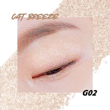 【 PRO SINGLE SHADOW  #G2 #G10 】  カラーバリエーション豊富なプロシングルシャドウの中で、 特に人気の似ている2色をピックアップして違いをご紹介します!  [#G2 CAT BREEZE]  シャンパンゴールドのようにほんのり色付いたカラー、 肌に乗せると色味は特に感じず、パールによる煌めきとツヤが出ます。 目頭にのせると光が反射し目元を華やかに魅せることができます。  [#G10 PEALFECTION]  ブロンズゴールドのようにあたたかみを感じるゴールドカラー、 肌に乗せるとベージュのようなほのかな色味とパールによる煌めきとツヤを感じます。 肌馴染みが良く、下瞼に塗ると涙袋をふっくらとみせることができます。  どちらも使いやすく人気のカラーです。 是非お手に取ってお試しください。  詳しい情報は➡ https://www.cliocosmetic.jp