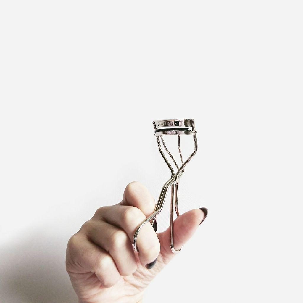 たったの¥1,500前後の魔法ツール。上向きまつ毛を導くアイラッシュカーラー比較