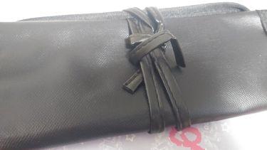 【画像付きクチコミ】DAISOでこれ見つけた!DAISO メイクブラシケース 100円(税別)ブラシが確か、6本くらいはいる!小さいポーチより、大きいポーチ向けです!他にもピンクがありました。薄いピンクです。儂は黒が好きなので、黒にしちゃいました。 メイ...