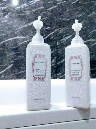 【画像付きクチコミ】ジルスチュアートのシャンプー&コンディショナー(ホワイトフローラルの香り)です。ボトルだと各500mlで3,000円(税抜)で、少し安めの詰替えもあります✨去年リニューアルしてリピしたくらい香りが気に入っていますが、シャンプー&コンデ...