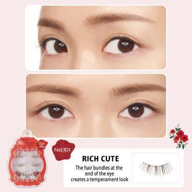 紗栄子さんがプロデュースしたミッシュブルーミンのつけまつげ! 今回はオリジナルブラウンタイプを紹介します! 日本人の瞳により馴染むよう、まつ毛をオリジナルのブラウンカラーに。 瞳に自然に溶け込み、顔全体を優しく見せブラウンメイクにはぴったりです♪  NO.101 リッチキュート 目尻の束感を上品に印象づける瞳に 束感があり、束の部分が濃く出るのでブラウンがきれいに発色するデザイン。 お人形風の目尻になれます。 マスカラをしっかり塗った感じに近いです。   NO.102 リトルスウィート まんまるで可愛らしい瞳に 束感があり、束の部分が濃く出るのでブラウンがきれいに発色するデザイン。 さりげなく真ん中のまつげを増やせて、まんまる目に強調できるデザイン。   NO.103 フェミニンシアー 自然に目尻を強調したフェミニンな瞳に 束感があり、束の部分が濃く出るのでブラウンがきれいに発色するデザイン。 目尻重めのデザインで、たれ目メイクに似合います。   NO.107 イノセントフラワー 可憐に咲く花のような魅力的な瞳に 真ん中が長めのデザインで、まるでお花のように広がる毛束で可愛らしいまん丸な目元を演出します。 繊細な毛束が自然に目元を大きく見せます。   NO.108 レイヤードグラム 立体的に広がるボリューム感のある瞳に 2層になったまつげの束が、目元をより立体的に見せ、自然とボリュームアップさせる3Dアイラッシュ。 ミッシュブルーミンの最大の特徴『エアリー極細毛』を使用しているので、自まつげに自然と馴染みほど目元を華やかに演出。 まつエクのようなボリューム感です。