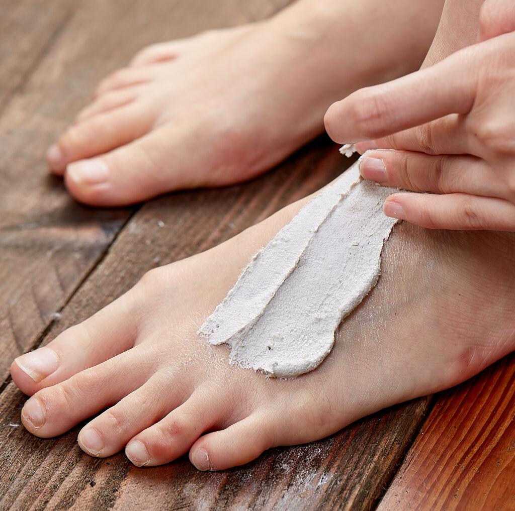 夏の足をもっと自由に!ニオイのもと「角質汚れ」すっきり落とすベストセラー『火山マスク』をプレゼント🌿(2枚目)