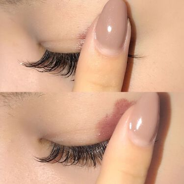 グラムジェリーアイズは指で目尻から少しずつ広げるようにのせると、きれいに仕上がります! 目じりからのせることで目じり側が濃くなるグラデーションが簡単にできます♡