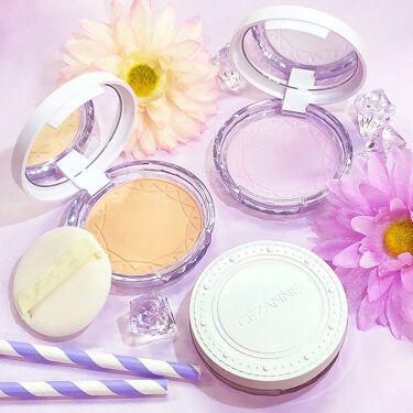 軽くてサラサラのパウダーが光を乱反射して、明るく澄んだ肌に♡  テカリ防止パウダーが余分な皮脂を吸着し、崩れを防いでくれちゃいます♡  カラーは4種類。これからの季節に嬉しいSPF28PA+++  12種類の美容液成分配合で、お肌にも優しくその上クレンジングは不要! 洗顔料だけでスルッと綺麗にオフできます。  ▼詳しくはこちらhttp://www.cezanne.co.jp/lineup/powder/item_007.html