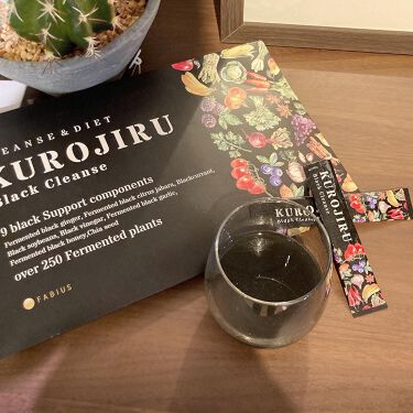 【画像付きクチコミ】KUROJIRU黒汁ブラッククレンズ.ここ何年か、わたしがダイエットの為に取り入れているのが炭(チャコール)炭には吸着力があるので、食べ過ぎたときに摂取すると余分なものを吸着して一緒に排出してくれるんです♪最近飲み始めたKUROJIR...