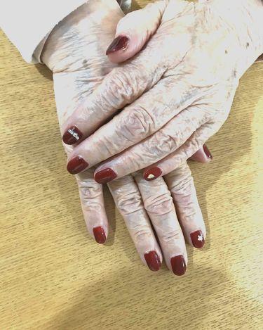 【画像付きクチコミ】おばあちゃんにジェルネイル♡もう歳だから!!って言いながらご機嫌で、気持ちまで若くなってました。お友達やケアマネさんにも褒められたようでご満悦です。ワインレッド(ポリジェリカのドレスレッド)のジェルネイルを2重に塗って深い色にしました...