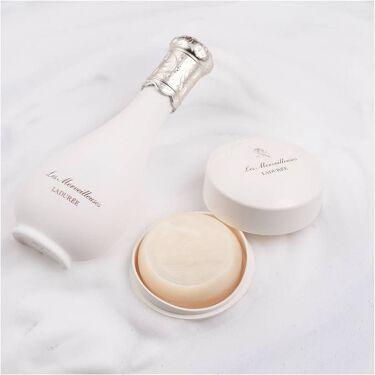 メイクオフ&洗顔のひとときも、やわらかなローズの香りに包まれて。⠀ 素肌をいたわるステップが、より上質な時間に。⠀ ⠀ 【ローズ エッセンス クレンジング ウォーター】 200ml 4,000円(税抜)⠀ 心地良くメイクをほどいて。花びらのような柔肌へ。⠀ 朝の洗顔にもご使用いただけます。 https://www.cosme.com/products/detail.php?product_id=187818  【ローズ エッセンス フェイシャル ソープ】 ケース付き 3,000円(税抜)/ レフィル 2,700円(税抜)⠀ 優雅な香りに包まれて。繊細な泡で、しっとり洗い上げます。 https://www.cosme.com/products/detail.php?product_id=187814 ⠀ ◆レ・メルヴェイユーズ ラデュレ https://www.lm-laduree.com/⠀  #レメルヴェイユーズラデュレ #ラデュレ#lesmerveilleusesladuree #LADUREE #lmladuree #スキンケア #洗顔