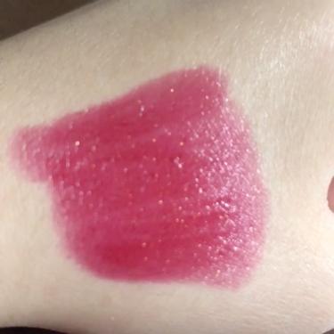 【動画付きクチコミ】YSL78番色は赤ピンク系の色なんですけど少し深い赤ピンク系の色なので大人っぽく見えます!ゴールドのラメがザグザグ入っているので唇に乗せるとキラキラしてとってもかわいいです♡色持ちはいい方だと思います。ティントではないのでコップにはつ...