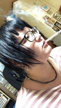 【動画付きクチコミ】またヘアカラー…セルフで前髪もカット。こけしです。そして似合わない。ブルーベースだから顔色悪いな…。そのうちまた毛先から色抜けすると思われます。ほんと学生時代に戻った気分…